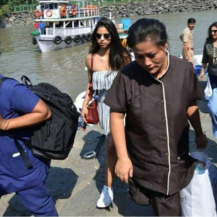 ફરેન્ડ્સ અને ફેમિલી સાથે એન્જોય કરતા નજર આવી Suhana Khan