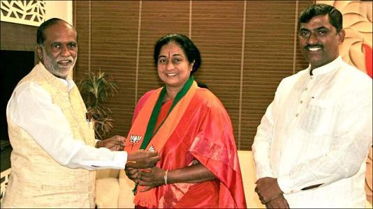 તેલંગણા : કોંગ્રેસના વરિષ્ઠ નેતાના પત્ની સવારે BJPમાં સામેલ : ગણતરીના કલાકોમાં પાછા કોંગ્રેસ ભેગા થયા